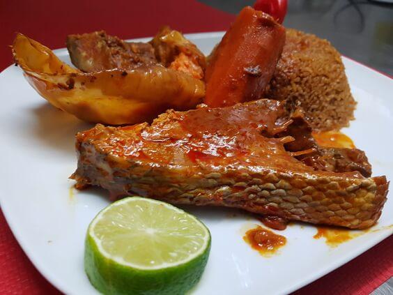 Du riz rouge avec des légumes sautés et du poissons fri aux épices